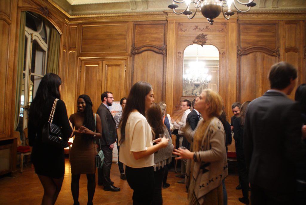 Discussions entre invités pendant le Cocktail de Rentrée de Sciences Pi